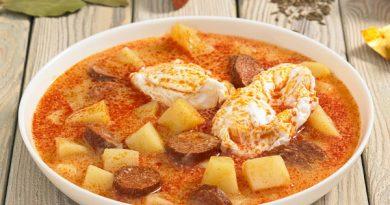 Картофельный суп с колбасой и яйцами
