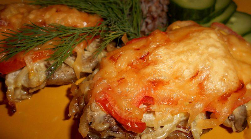Острая cвининa с сыpом и грибaми в духовке