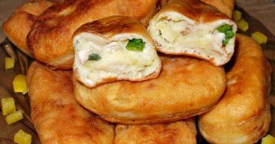 Пирожки жареные из дрожжевого теста с куриным мясом и картофелем