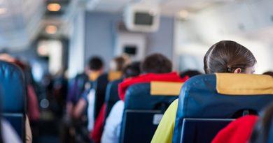 Названа опасность хранения вещей в кармане кресла в самолёте