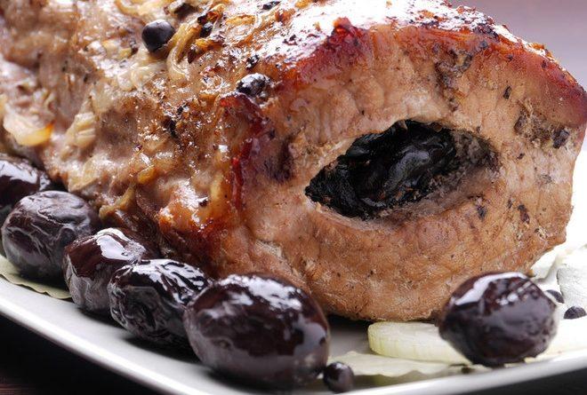 Свиной ошеек, фаршированный сливами