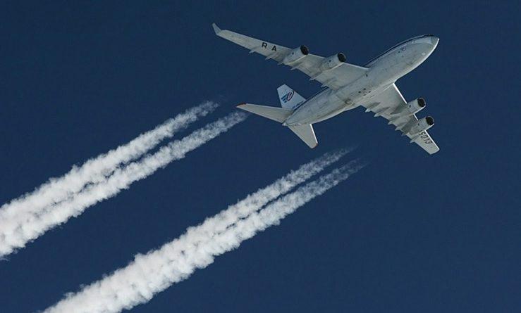 Почему самолёт оставляет след?