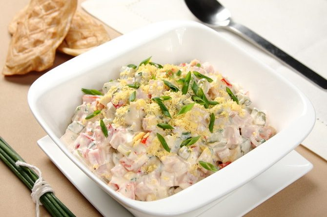 Салат с ветчиной, сыром и овощами