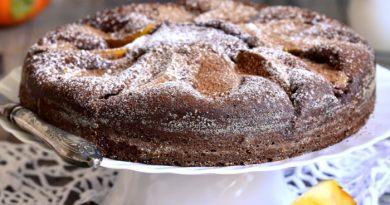 Шоколадный пирог с хурмой и орехами