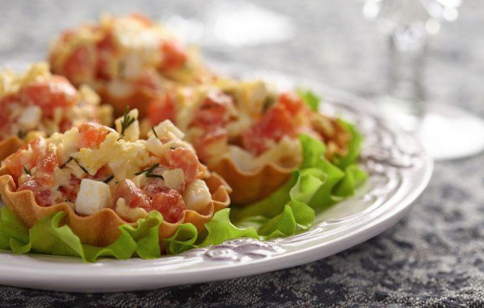 Тарталетки с салатом из красной рыбы и яиц