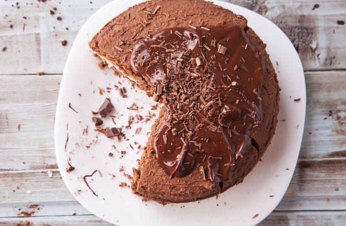 Шоколадный торт с яблочно-творожной начинкой
