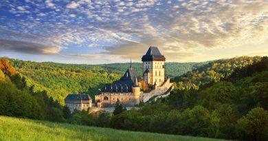 Если вы являетесь ценителем старинной архитектуры и средневековых замков, то первой мыслью будет поездка в Англию, или Германию. Но многие упускают из виду Чешскую Республику, где также есть на что посмотреть. Эта крошечная страна на самом деле имеет самую плотную концентрацию замков в мире, с более чем 2000 интересных экземпляров в разных областях Чехии. Хорошая отправная точка для знакомства с замками — Прага. Некоторые самые интересные замки страны находятся в прекрасной сельской местности, окружающей эту красивую столицу.