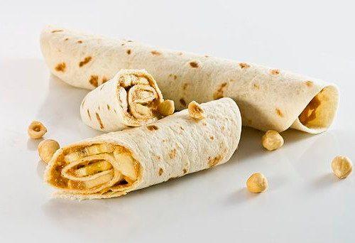 Тортилья с арахисовым маслом, бананом и орехами