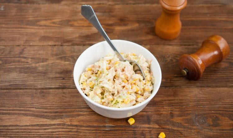 Овощной салат с пекинской капустой и кукурузой