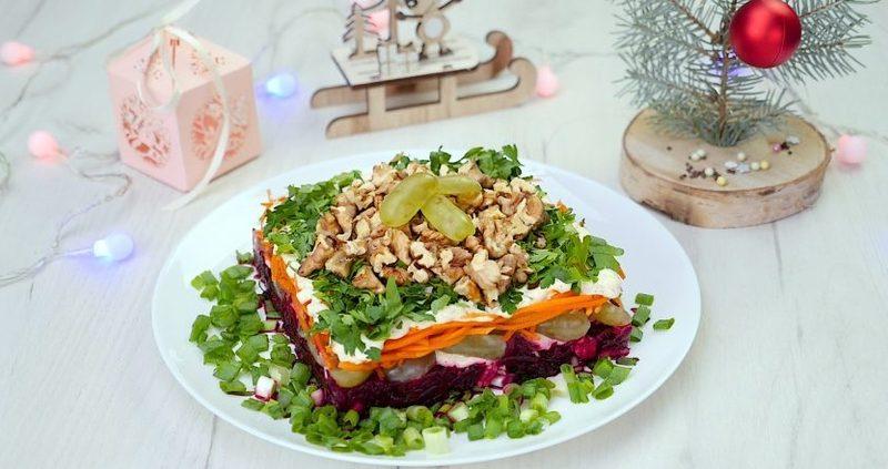 Салат с виноградом и орехами
