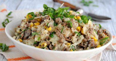 Жареная капуста с фаршем, грибами и кукурузой