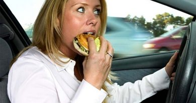 Что грозит водителю, жующему за рулем