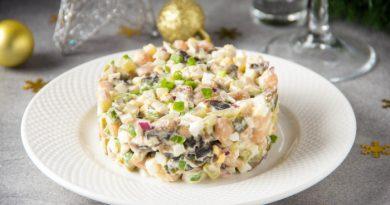 Салат с копченой курицей, фасолью и грибами
