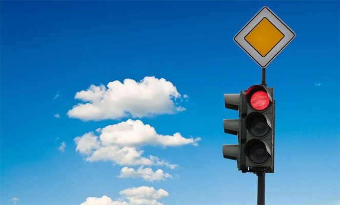 Три штрафа ГИБДД, которые можно получить, стоя на светофоре.