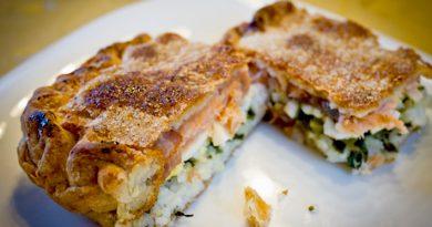 Пирог с форелью, рисом и зеленым луком