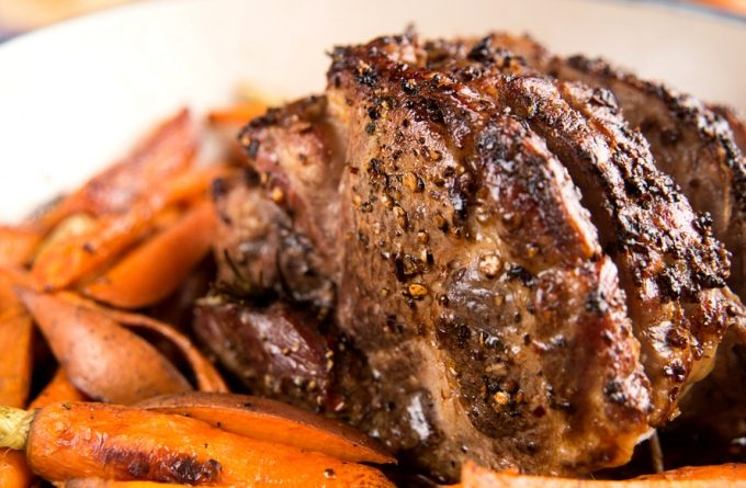 Свиная лопатка с запеканкой из картофеля и фенхеля
