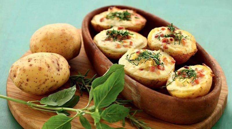 Запеченный в духовке картофель с яйцами и ветчиной