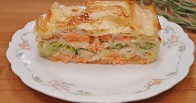 Пирог из теста фило с красной рыбой