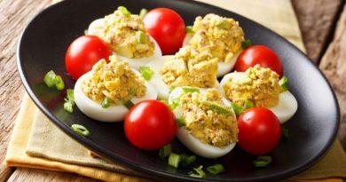 Фаршированные яйца с авокадо и тунцом