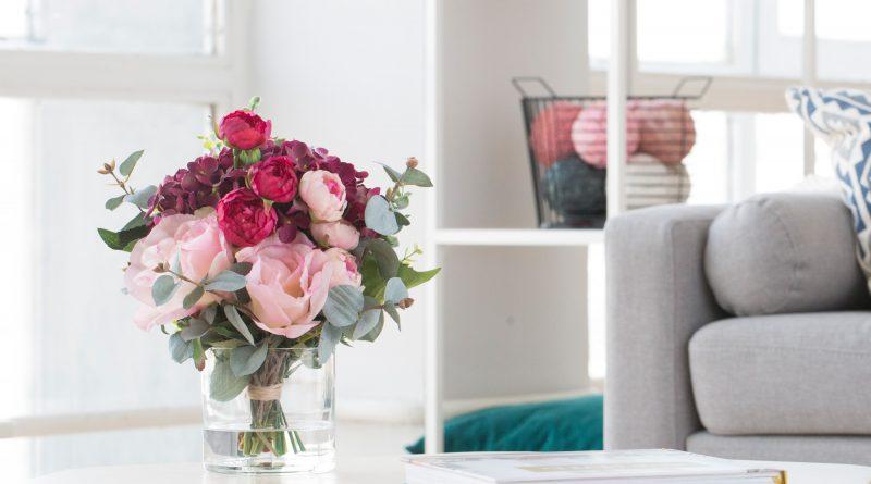 Искусственные цветы в интерьере: как их красиво использовать.
