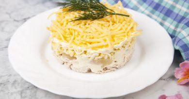 Слоеный салат из пряной курицы с ананасами и сыром