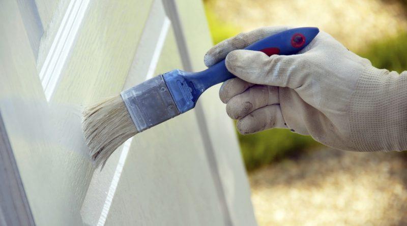 Как и какой краской покрасить межкомнатные двери? Советы от маляров