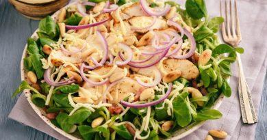 Салат из жареной курицей с беконом
