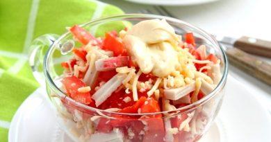 Салат с крабовыми палочками и перцем