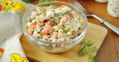 Салат с курицей, грибами и помидорами