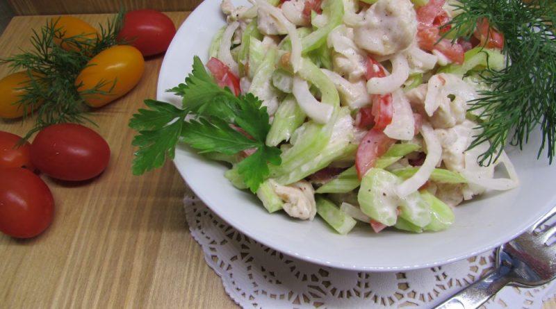 Легкий салат с яйцом и сельдереем