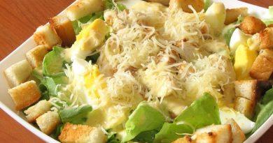 Куриный салат с гренками