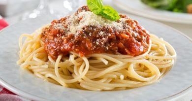 Спагетти с мясными колбасками и томатным соусом