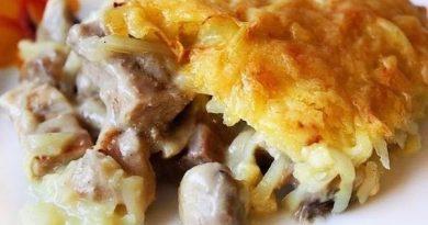 Восхитительная курица с грибами, запечённая под картофельной шубой
