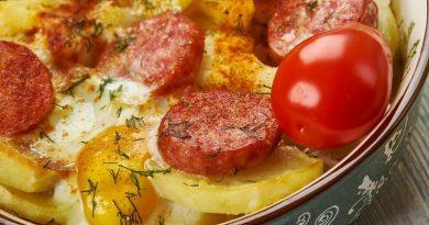 Картофельная запеканка с копчеными колбасками