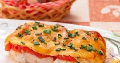 Сайра, запеченная с помидорами под сыром
