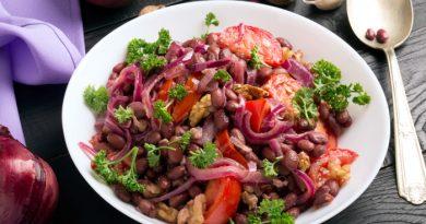 Теплый салат из красной фасоли: сытно и вкусно