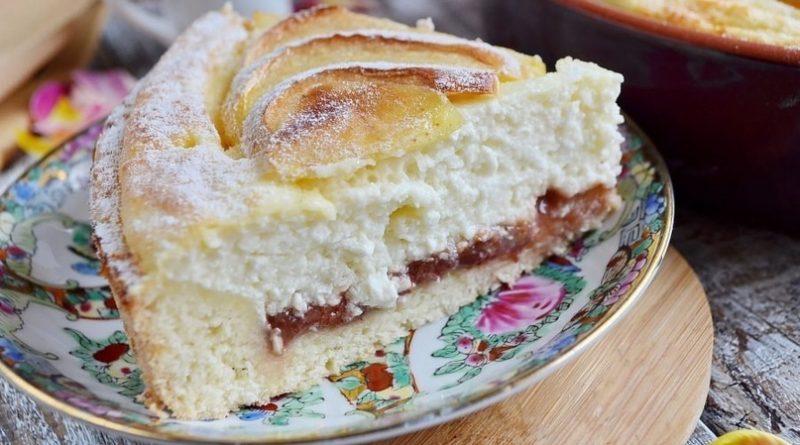 Пышный пирог с творожной начинкой и яблоками