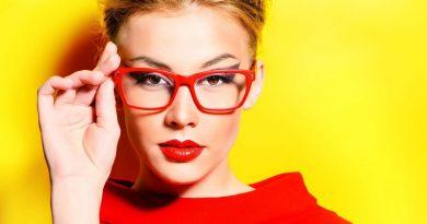 Какой макияж подходит девушке в очках?