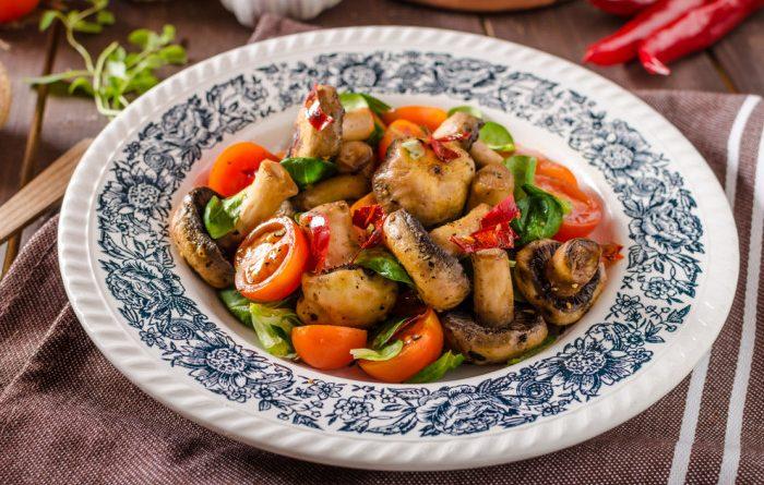 Пикантный теплый салат из шампиньонов с томатами черри