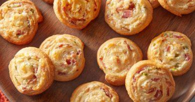 Рулетики с беконом и сыром на завтрак