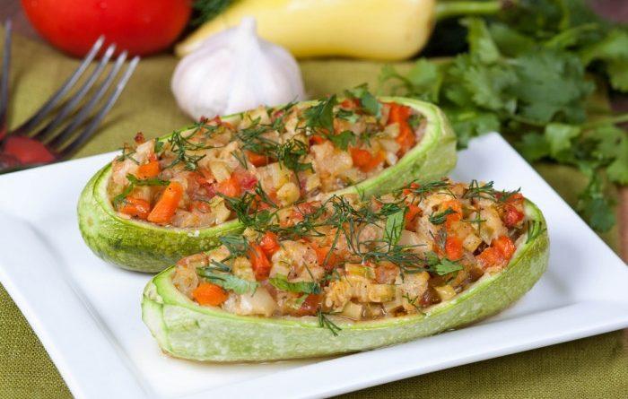 Запеченные фаршированные кабачки с овощами
