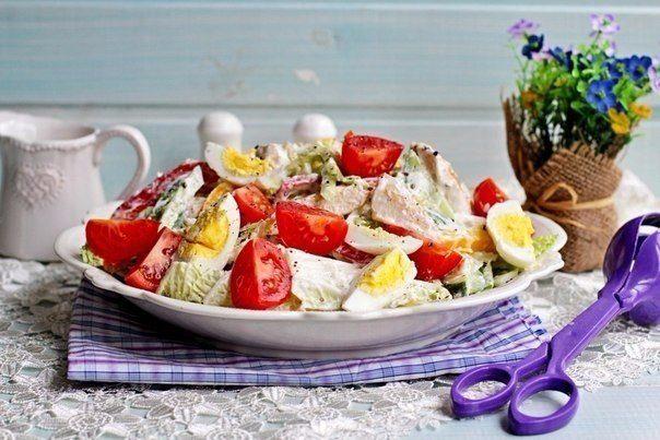 Салат с куриной грудкой, овощами и йогуртом.