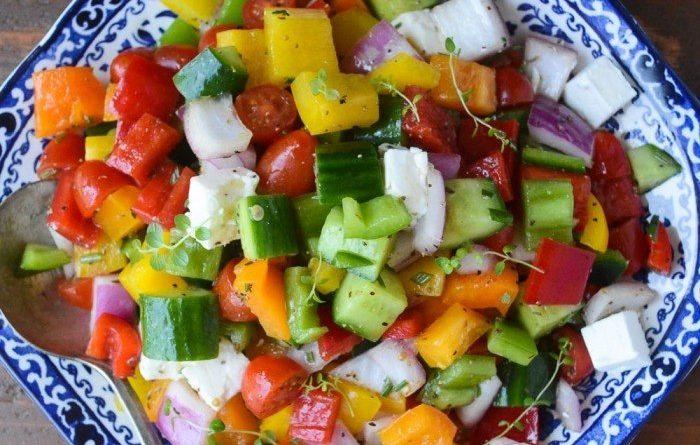 Овощной салат с болгарским перцем и сыром фета