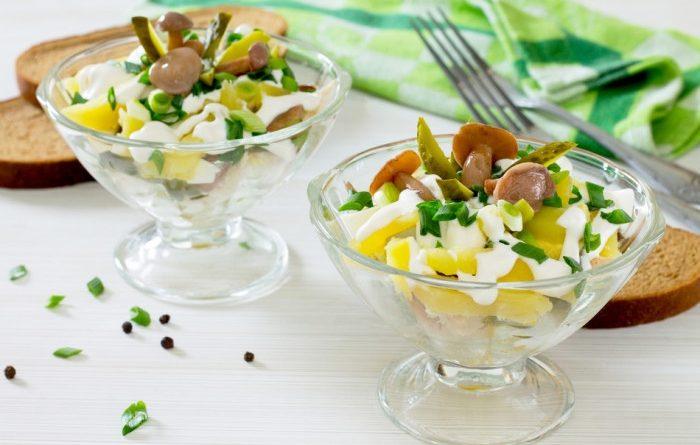 Салат с курицей, маринованными грибами и картофелем