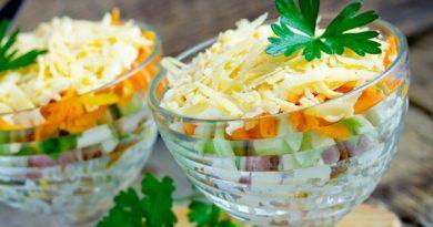 Сырный салат с рисом и копченой курицей
