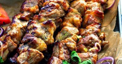 Готовимся к пикникам: шашлык из трех сортов мяса без маринования