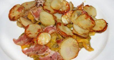 Запеченный картофель с беконом и болгарским перцем