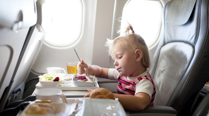 5 интересных идей, чем можно занять ребенка в самолете