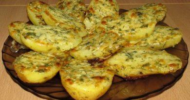Чесночно-сырный картофель в духовке