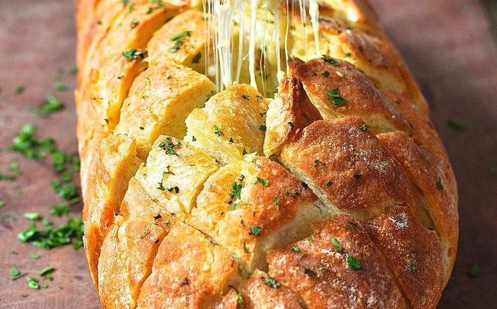 Хрустящий хлебушек пропитанный маслом, сыром и чесночком